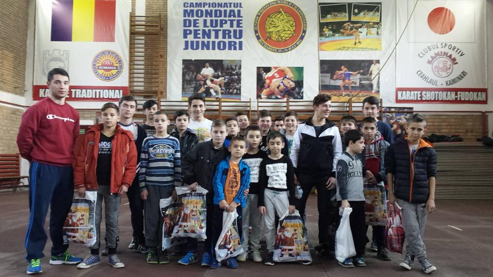 Micii luptatori cu antrenorul Stefan Mihut