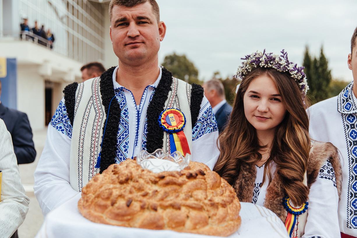 """Iohannis, întâmpinat cu pâine şi sare de liberalii nemţeni, la Iaşi. Moş  Vasile de la Răuceşti i-a dat un toiag, """"să faceţi dreptate!"""" -"""